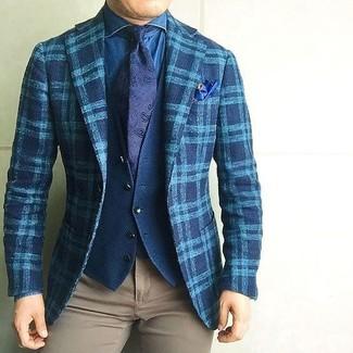 Cómo combinar: blazer de lana de tartán en verde azulado, chaleco de vestir de algodón azul marino, camisa vaquera azul, pantalón chino marrón claro