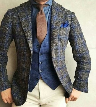 Cómo combinar: blazer de lana de tartán verde oliva, chaleco de vestir vaquero azul marino, camisa vaquera azul, pantalón chino en beige