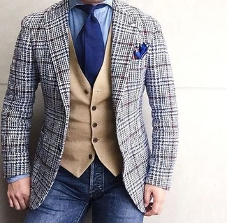 Cómo combinar: blazer de lana de pata de gallo gris, chaleco de vestir de lana marrón claro, camisa vaquera celeste, vaqueros azul marino