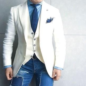 Cómo combinar unos vaqueros pitillo desgastados azul marino para hombres de 40 años: Para un atuendo tan cómodo como tu sillón considera emparejar un blazer de lana blanco con unos vaqueros pitillo desgastados azul marino.