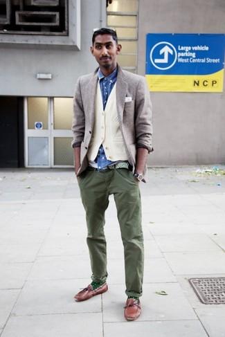 Intenta ponerse un blazer gris y un chaleco de vestir blanco para una apariencia clásica y elegante. Náuticos de cuero marrónes añadirán interés a un estilo clásico.