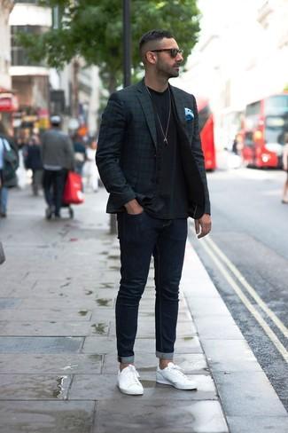 Cómo combinar: blazer de tartán en azul marino y verde, chaleco de vestir negro, camiseta con cuello circular negra, vaqueros pitillo azul marino