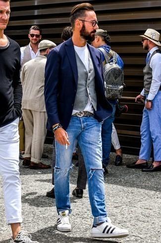 Cómo combinar un blazer azul marino: Equípate un blazer azul marino junto a unos vaqueros desgastados azules para una apariencia fácil de vestir para todos los días. Tenis de cuero en blanco y negro son una opción inmejorable para completar este atuendo.