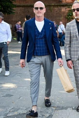Un pantalón chino de vestir con un mocasín con borlas negro: Equípate un blazer azul marino con un pantalón chino para lograr un look de vestir pero no muy formal. Mocasín con borlas negro dan un toque chic al instante incluso al look más informal.