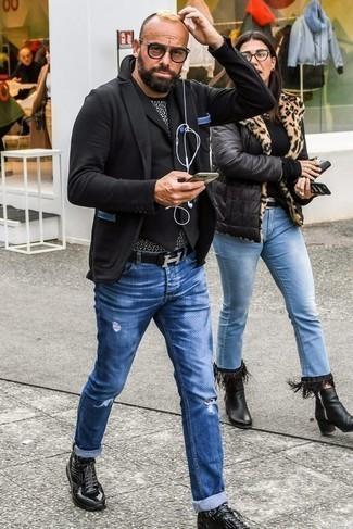 Cómo combinar un chaleco de vestir negro: Si buscas un look en tendencia pero clásico, ponte un chaleco de vestir negro y unos vaqueros desgastados azules. Deportivas negras añaden un toque de personalidad al look.