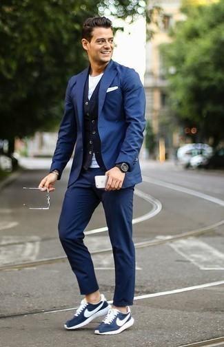 Cómo combinar una pulsera plateada: Opta por un blazer azul y una pulsera plateada transmitirán una vibra libre y relajada. Deportivas en azul marino y blanco son una opción inmejorable para complementar tu atuendo.