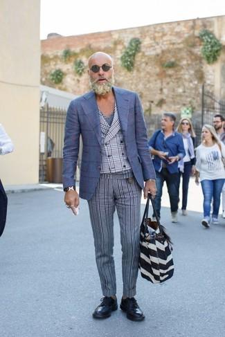 Cómo combinar: blazer de lana a cuadros azul, chaleco de vestir de tartán gris, camiseta con cuello en v de tartán azul marino, pantalón de vestir de lana de rayas verticales gris