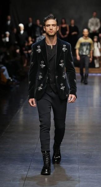 Cómo combinar: blazer de terciopelo bordado negro, chaleco de vestir negro, camiseta henley negra, pantalón de chándal negro
