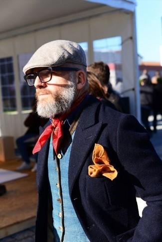 Cómo combinar: blazer de lana azul marino, chaleco de vestir azul, gorra inglesa gris, bandana roja