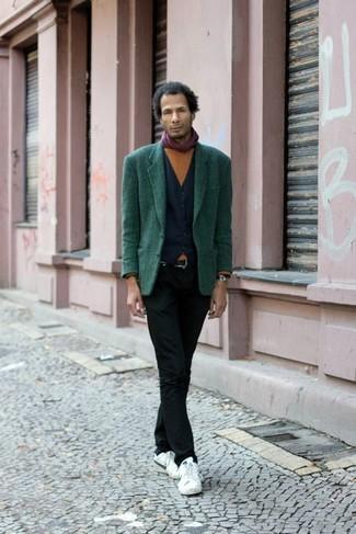 Cómo combinar: blazer verde oscuro, chaleco de vestir azul marino, jersey con cuello circular en tabaco, vaqueros pitillo negros