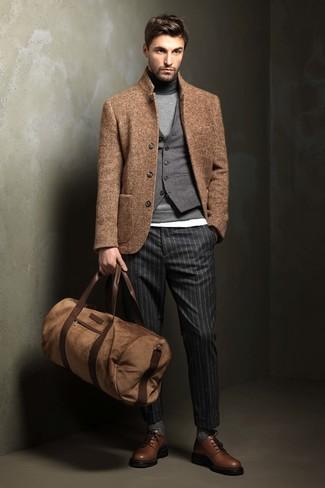 Cómo combinar: blazer de lana marrón claro, chaleco de vestir de lana gris, jersey de cuello alto gris, camiseta con cuello circular blanca