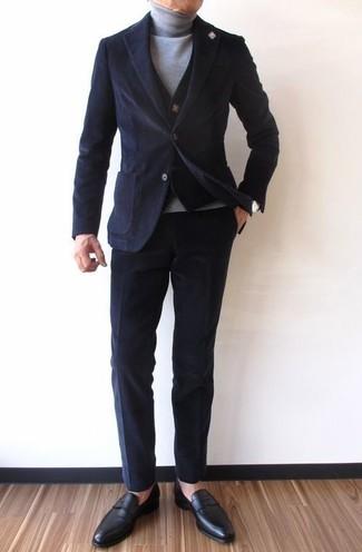 Cómo combinar: blazer de pana negro, chaleco de vestir de punto negro, jersey de cuello alto gris, pantalón chino de pana negro