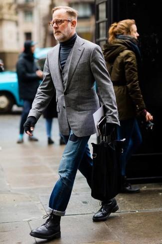Cómo combinar: blazer gris, chaleco de vestir gris, jersey de cuello alto negro, vaqueros desgastados azules