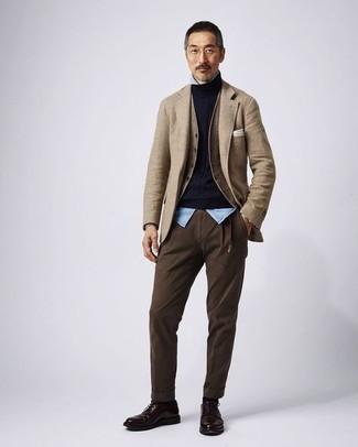 Cómo combinar una chaqueta: Ponte una chaqueta y un pantalón chino en marrón oscuro para después del trabajo. Zapatos derby de cuero en marrón oscuro dan un toque chic al instante incluso al look más informal.