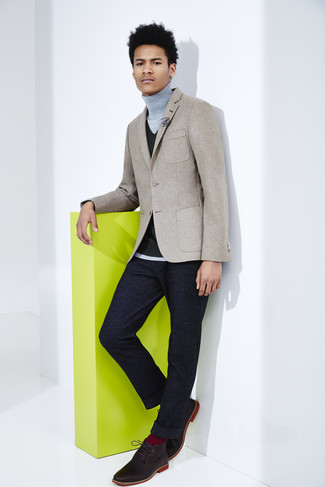 Look de moda: Blazer de lana gris, Chaleco de vestir de punto negro, Jersey de cuello alto gris, Pantalón de vestir de lana azul marino