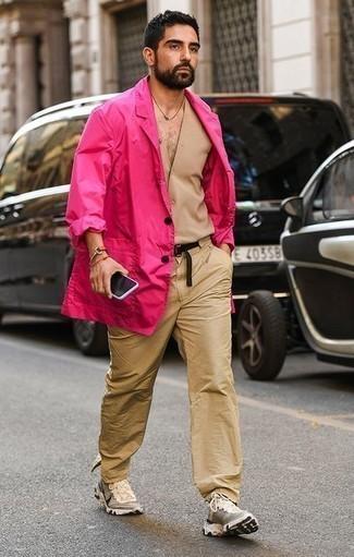 Cómo combinar un chaleco de vestir marrón claro: Opta por un chaleco de vestir marrón claro y un pantalón chino marrón claro para un perfil clásico y refinado. ¿Quieres elegir un zapato informal? Elige un par de deportivas en beige para el día.