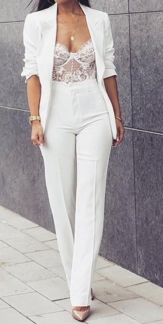 Cómo combinar: blazer blanco, corsé de encaje blanco, pantalón de campana blanco, zapatos de tacón de cuero en beige