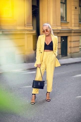 Cómo combinar: blazer amarillo, corsé negro, pantalón de pinzas amarillo, sandalias de tacón de cuero negras