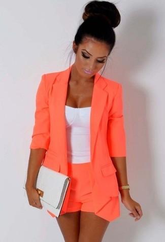 Emparejar un blazer naranja y unos pantalones cortos es una opción cómoda para hacer diligencias en la ciudad.