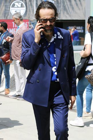 Cómo combinar: blazer cruzado azul marino, camisa de manga corta estampada azul, pantalón de vestir azul marino, gafas de sol en marrón oscuro