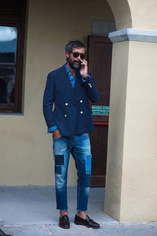 Cómo combinar: blazer cruzado azul marino, camisa de manga larga azul, vaqueros de patchwork azules, mocasín con borlas de cuero negro