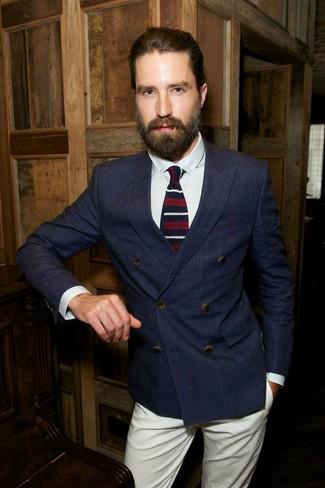 Cómo combinar: blazer cruzado a cuadros azul marino, camisa de vestir blanca, pantalón chino en beige, corbata de lana de rayas horizontales en blanco y rojo y azul marino