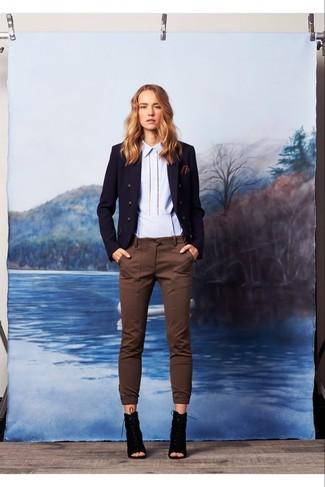 Cómo combinar: blazer cruzado azul marino, camisa de vestir celeste, pantalones pitillo marrónes, botines con cordones de ante con recorte negros