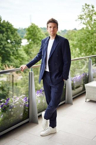 Cómo combinar un blazer cruzado de rayas verticales azul marino: Elige un blazer cruzado de rayas verticales azul marino y un pantalón de vestir de rayas verticales azul marino para un perfil clásico y refinado. Si no quieres vestir totalmente formal, elige un par de tenis de cuero blancos.