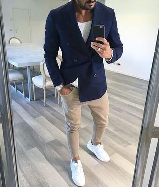 Como Combinar Unos Tenis Blancos Con Unos Pantalones En Beige Para Hombres De 30 Anos Estilo Casual Elegante 84 Outfits Lookastic Espana