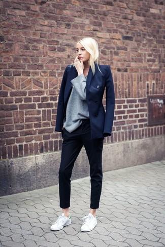 Intenta combinar un blazer cruzado azul marino junto a unos pantalones pitillo negros y te verás como todo un bombón. Haz este look más informal con tenis en blanco y verde.