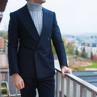 Cómo combinar: blazer cruzado azul marino, jersey de cuello alto de punto gris, pantalón de vestir azul marino