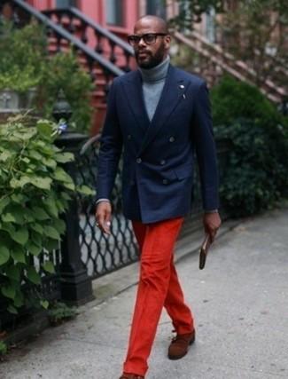 Cómo combinar: blazer cruzado azul marino, jersey de cuello alto gris, pantalón de vestir rojo, zapatos con doble hebilla de ante marrónes