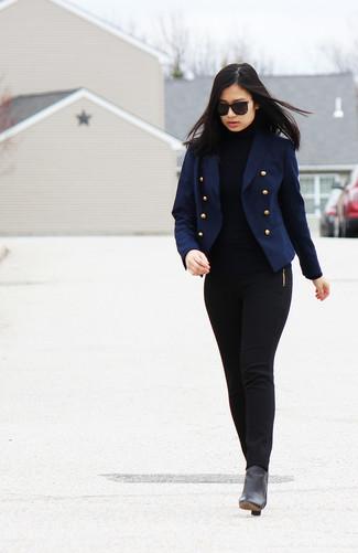Cómo combinar: blazer cruzado azul marino, jersey de cuello alto negro, pantalones pitillo negros, botines de cuero negros