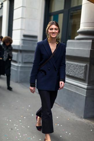 Cómo combinar: blazer cruzado azul marino, pantalón de campana negro, zapatos de tacón de ante burdeos, pendientes dorados