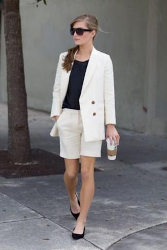 Cómo combinar: blazer cruzado blanco, blusa sin mangas negra, bermudas blancas, bailarinas de ante negras