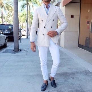 Cómo combinar un blazer cruzado blanco: Un blazer cruzado blanco y un pantalón chino blanco son una gran fórmula de vestimenta para tener en tu clóset. Elige un par de mocasín con borlas de cuero azul marino para mostrar tu inteligencia sartorial.