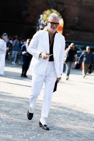 Cómo combinar: blazer cruzado blanco, camisa polo negra, pantalón de vestir blanco, botas formales de cuero en negro y blanco