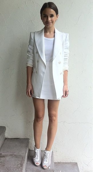 Look de Miroslava Duma: Blazer Cruzado Blanco, Camiseta con Cuello Circular Blanca, Minifalda Blanca, Botines con Cordones de Cuero Blancos