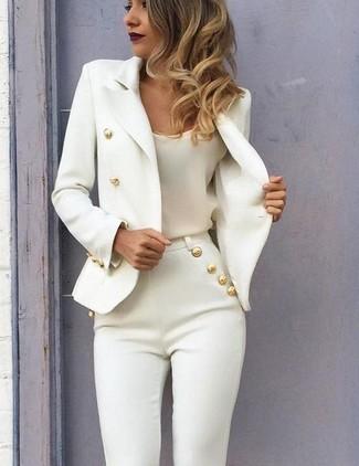 Cómo combinar: blazer cruzado blanco, camiseta sin manga de seda blanca, pantalones pitillo blancos
