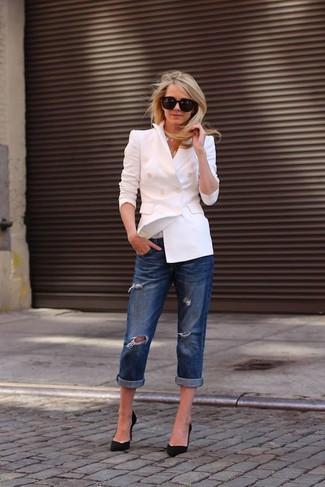 Cómo combinar: blazer cruzado blanco, vaqueros boyfriend desgastados azul marino, zapatos de tacón de ante negros, gafas de sol negras