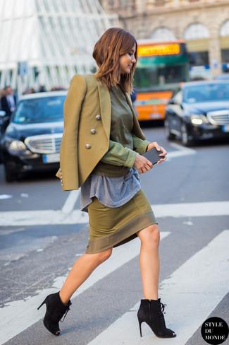 Cómo combinar: blazer cruzado verde oliva, blusa de manga larga verde oliva, camiseta con cuello circular gris, falda lápiz verde oliva