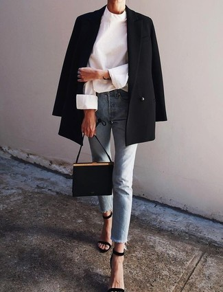 Cómo combinar: blazer cruzado negro, blusa de manga larga blanca, vaqueros celestes, sandalias de tacón de ante negras