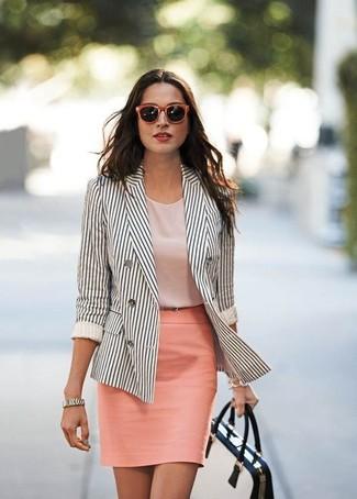 Cómo combinar un blazer cruzado de rayas verticales blanco en primavera 2020: Equípate un blazer cruzado de rayas verticales blanco junto a una falda lápiz rosada para crear un estilo informal elegante. Es un atuendo muy apropriado en primavera.