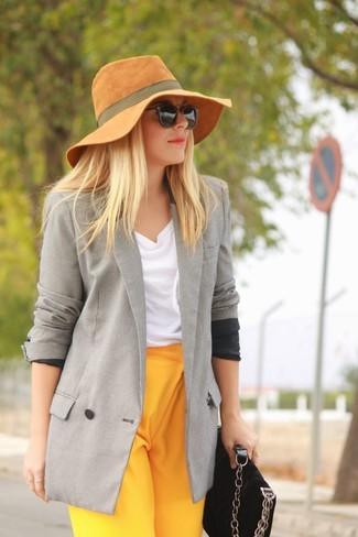 Cómo combinar: blazer cruzado gris, blusa sin mangas blanca, pantalón de vestir amarillo, bolso bandolera de ante negro