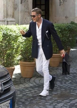 Cómo combinar unas deportivas blancas: Emparejar un blazer cruzado azul marino junto a un pantalón chino blanco es una opción práctica para un día en la oficina. Si no quieres vestir totalmente formal, complementa tu atuendo con deportivas blancas.