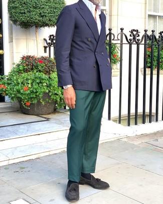 Cómo combinar: blazer cruzado azul marino, camisa de manga corta blanca, pantalón de vestir verde oscuro, mocasín con borlas de ante negro