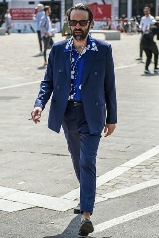 Cómo combinar un blazer cruzado azul marino: Casa un blazer cruzado azul marino con un pantalón de vestir azul marino para una apariencia clásica y elegante. Si no quieres vestir totalmente formal, opta por un par de mocasín de cuero negro.