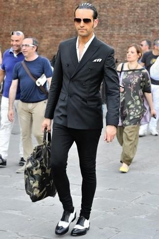Si buscas un look en tendencia pero clásico, elige un blazer cruzado negro y un pantalón chino negro. Completa el look con zapatos brogue de cuero en negro y blanco.
