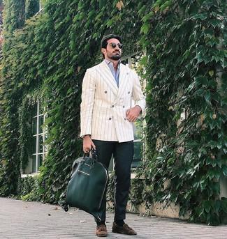 Cómo combinar: blazer cruzado de rayas verticales en beige, camisa de manga larga celeste, pantalón chino verde oscuro, mocasín con borlas de ante marrón