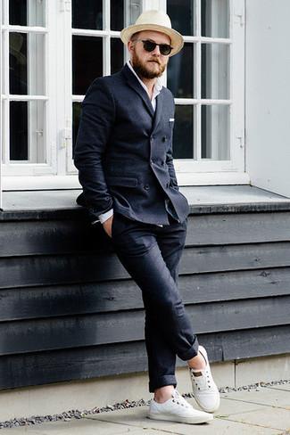 Cómo combinar un pantalón chino de lana en gris oscuro: Si buscas un look en tendencia pero clásico, usa un blazer cruzado de lana en gris oscuro y un pantalón chino de lana en gris oscuro. Para el calzado ve por el camino informal con tenis de lona blancos.